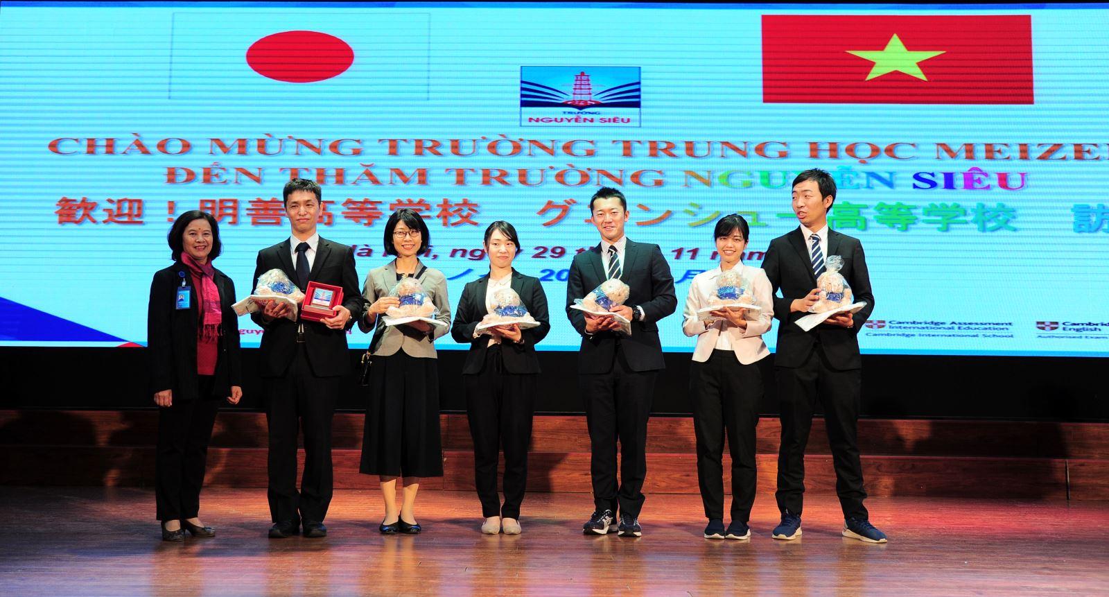 Welcoming Meizen middle school to Nguyen Sieu
